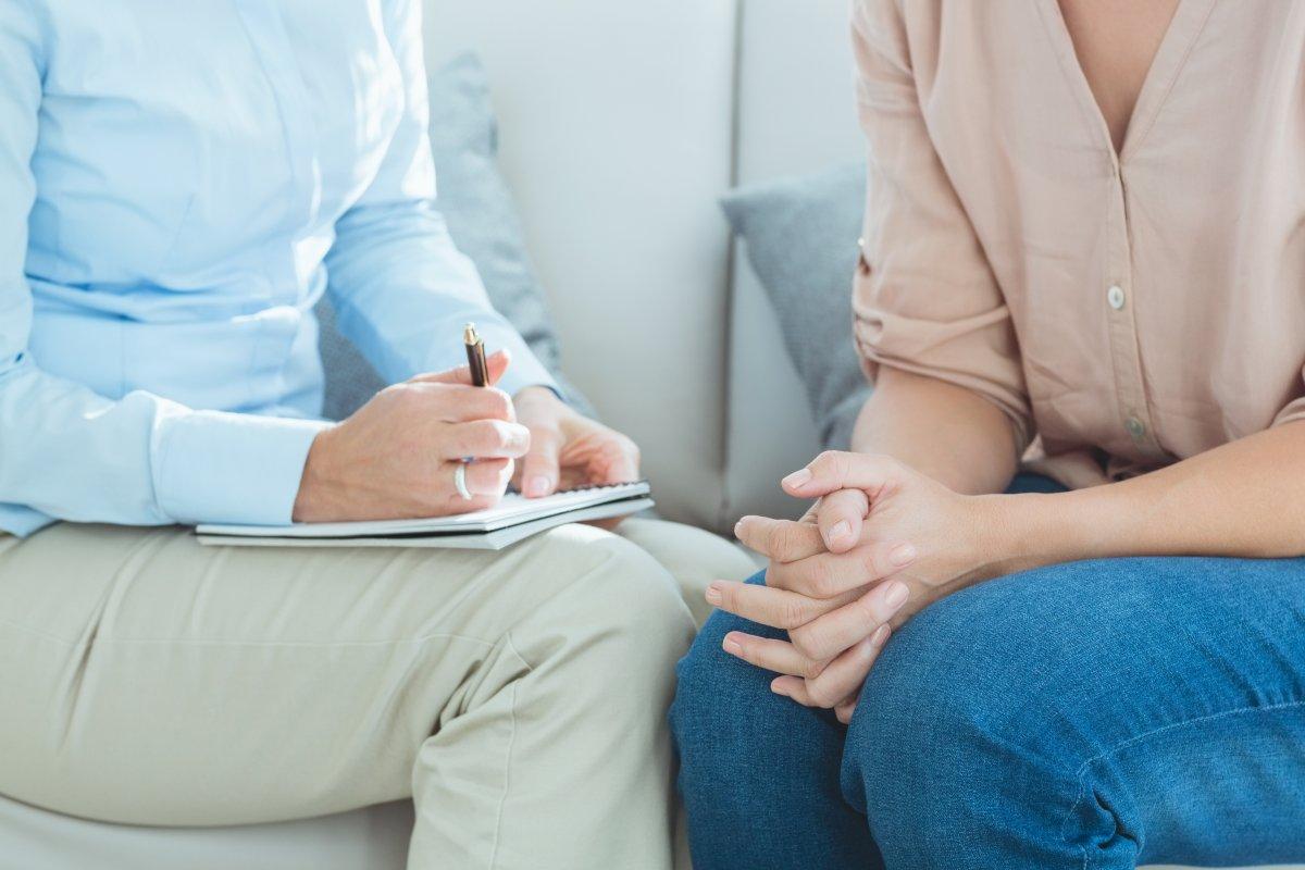 rozmowa między dwoma osobami a jedna robi notatki
